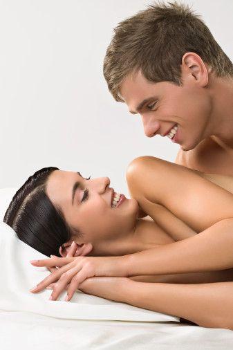 Bedeninizi partnerinize utanmadan sergileyin. Eğer takıntılarınız varsa, onları bir kenara atın. Çünkü size değer veren partneriniz, sahip olduğunuz ufak tefek kusurları görmeyecektir bile.  Cinsel birliktelik esnasında eğer partneriniz farklı pozisyonlar denemek isterse, buna karşı gelmeyin. Çünkü bu tip tepkiler erkekleri yaşadıklarına karşı soğutur. Çoğu erkek, sevişmenin patronunun kendisi olmak ister. Tabii bu, sizin tamamen pasif kalacağınız anlamına gelmiyor.